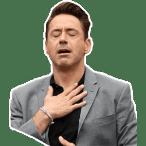 Foto di Robert Downey Junior con la mano sul petto